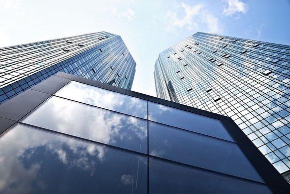 800px-Deutsche_Bank_neue_Fassade thomas Wolfe Wikimedia.jpg