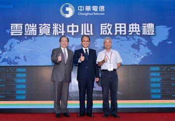 From left to right, Chunghwa Telecom Chairman Rick Tsai, Taiwan Premier Lin Chuan, Taiwan Minister of Transport Ho Chen Dan.
