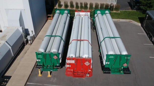 Microsoft utilizó hidrógeno almacenado en estos tanques en remolques estacionados afuera de un laboratorio cerca de Salt Lake City, Utah.jpg