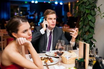 romance valentine dinner date boring phone love thinkstock photos lucky business